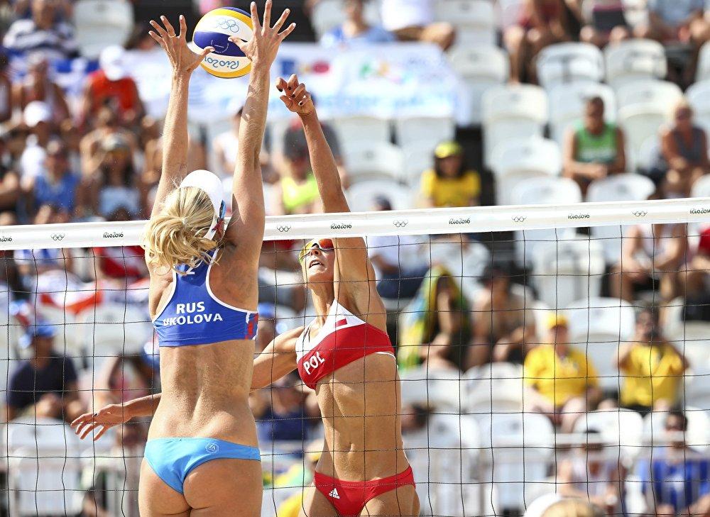 A representante do time russo Yevgenia Ukolova (em primeiro plano) e sua adversária do time polonês Monika Brzostek