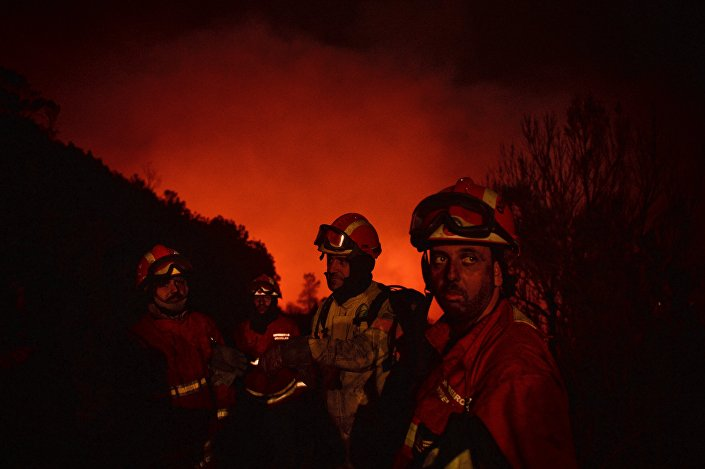 Bombeiros portugueses no combate às chamas
