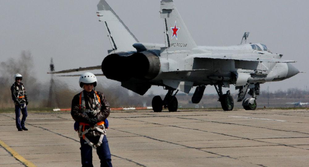 MiG-31 é um interceptor supersônico de dois lugares de longo alcance. Ela foi a primeira aeronave de combate soviético de 4ª geração.