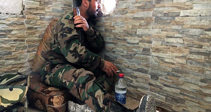 Soldado do Exército sírio fica na posição durante contra-ofensiva no sudoeste de Aleppo, Síria, 12 de agosto de 2016