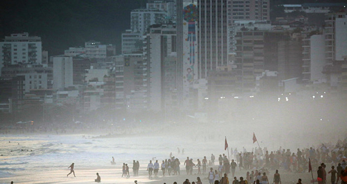 Pessaos na praia de Ipanema no Rio de Janeiro, Brasil, agosto de 2016