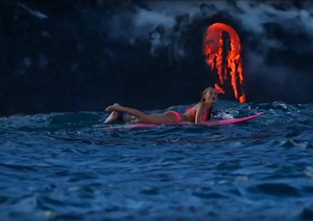 Uma aventureira surfa ao redor de vulcão em erupção