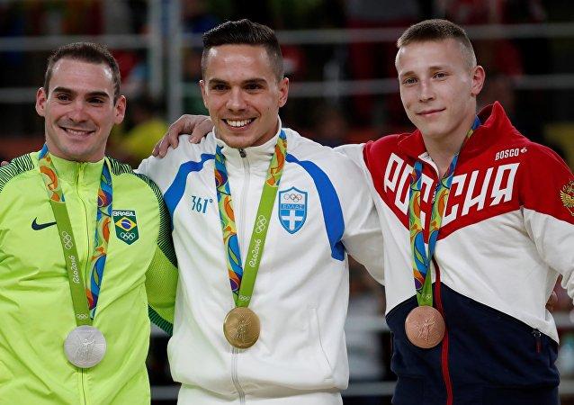 Zanetti, Petrounias e Abliazin no pódio com suas medalhas