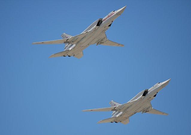 Bombardeiros de longo alcance Tu-22M3 durante o ensaio da parada militar em homenagem ao 70 aniversário da Vitória na Grande Guerra pela Pátria, Moscou, Rússia, maio de 2016