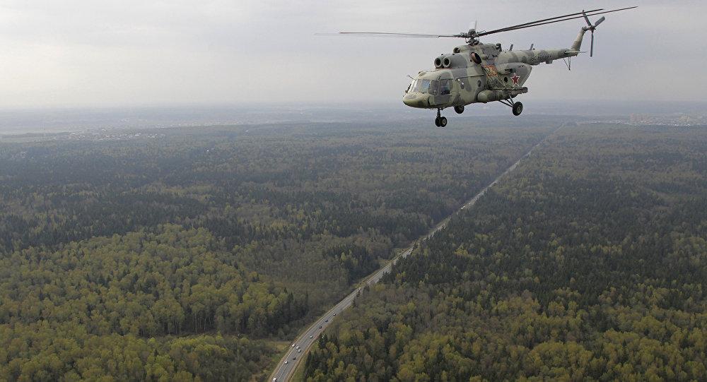 Helicóptero russo Mi-17 sobrevoa Moscou - EUA têm este modelo de helicópteros russos