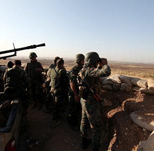 Forças curdas Peshmerga observam aldeia perto da cidade de Mossul no Iraque, 29 de maio de 2016