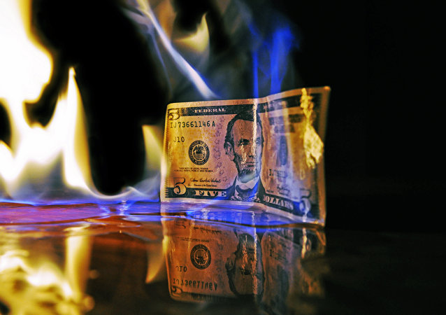 Nota de cinco dólares em chamas
