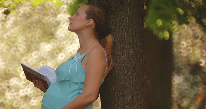 Mulher grávida no centro de Moscou, Rússia (foto de arquivo)