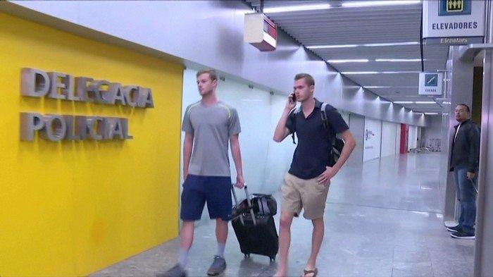 Gunnar Bentz  e Jack Conger chegam à delegacia do Galeão, no Rio
