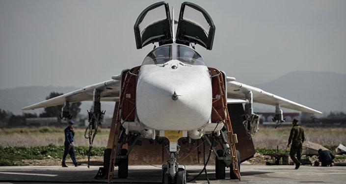 Su-24 russo na base aérea de Hmeymim, na província síria de Latakia (foto de arquivo)