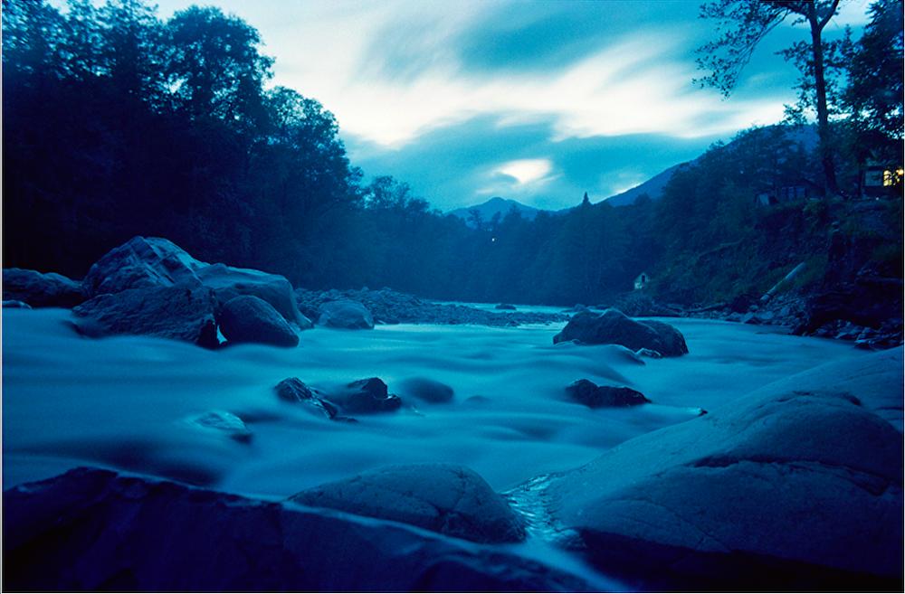 Mzymta é o maior rio na região oeste do Cáucaso. O rio segue passagem por desfiladeiros, desaguando no mar Negro. Esta imagem foi tomada no outono.