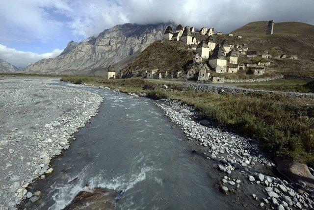 Perto da cidade caucasiana de Dargavas, há uma necrópole conhecida como Cidade dos Mortos. Ela é composta por 99 túmulos e criptas.