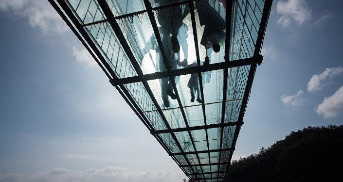 A ponte de vidro nas montanhas de Shiniuzhai (foto de arquivo)