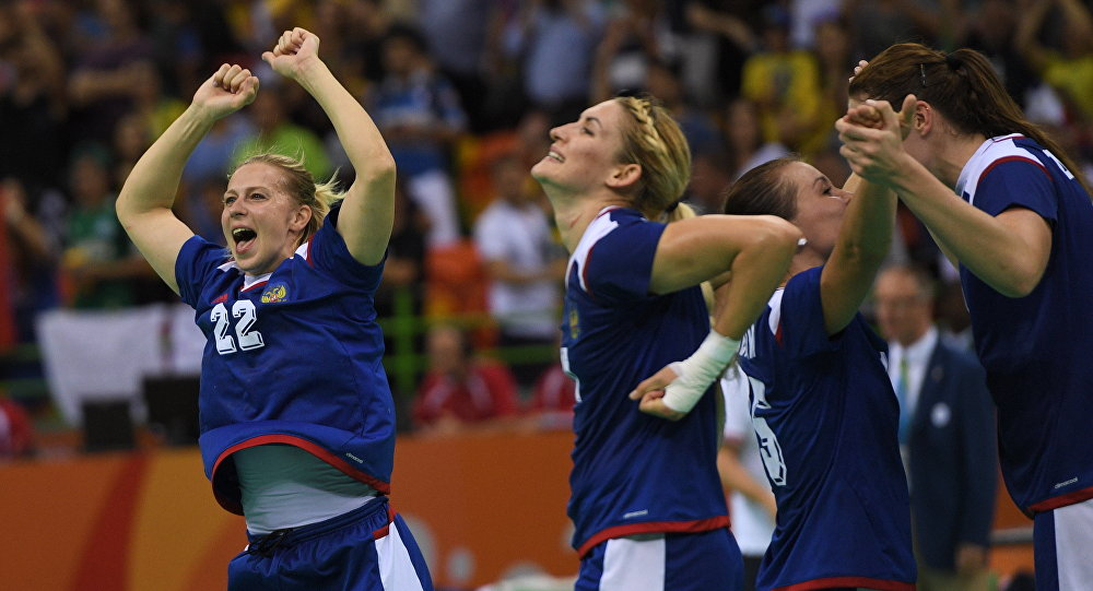 Jogadoras de handebol russas comemoram a vitória contra a França na final dos Jogos Olímpicos Rio 2016