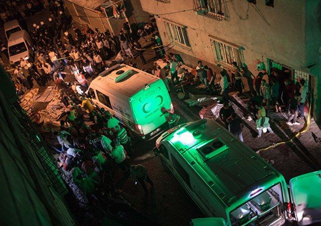 Ambulância chega ao lugar de explosão, Turquia, Gaziantep, 20 de agosto de 2016