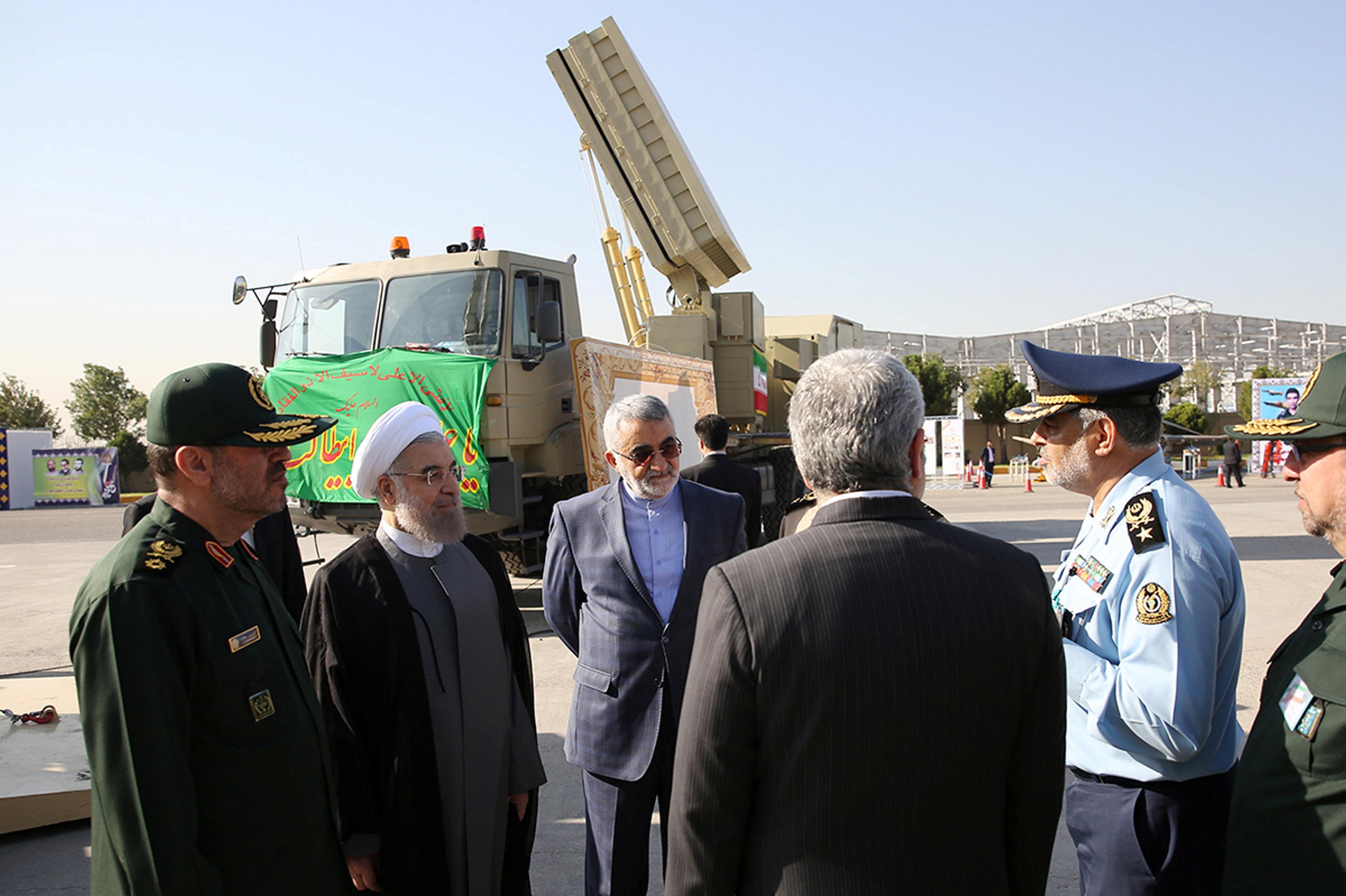 O presidente do Irã Hassan Rouhani (segundo à esquerda) e o ministro da Defesa Hossein Dehghan (à esquerda) perto do sistema de mísseis Bavar 373 em Teerã, Irã, 21 de agosto de 2016