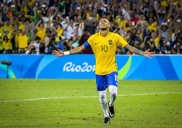 Neymar após bater o pênalti e dar a vitória ao Brasil contra a Alemanha na final do futebol masculino nas Olimpíadas Rio 2016