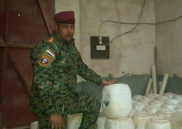 Soldado do exército iraquiano mostra armas químicas do Daesh