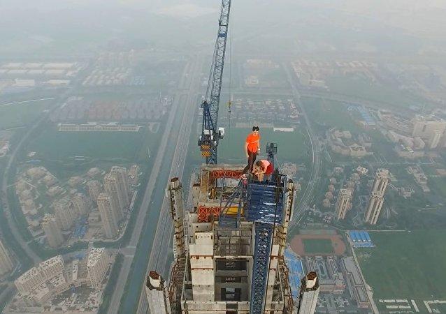 Casal sobe construção mais alta do mundo 640 m