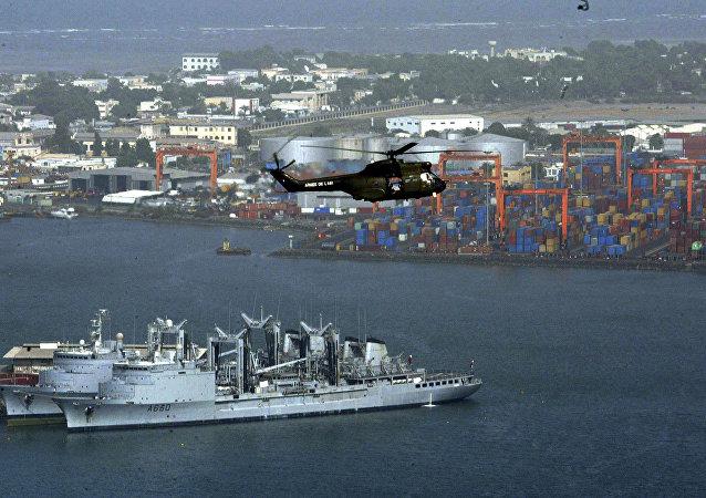 Helicóptero sobrevoa o porto de Djibuti (foto de arquivo)