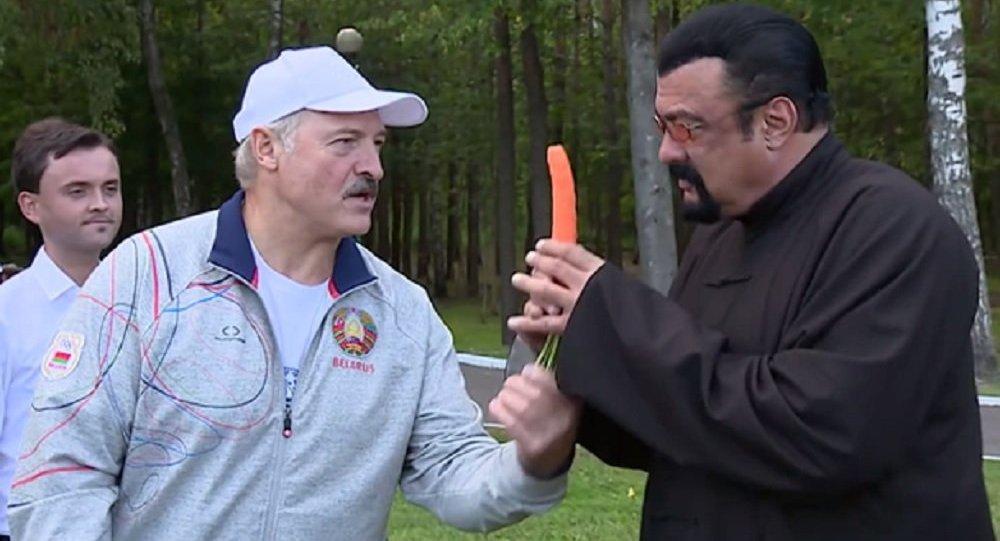 Steven Seagal degustou cenouras do presidente bielorusso Aleksandr Lukashenko