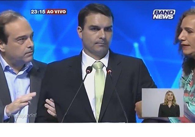 Flávio Bolsonaro, do PSC, passa mal em debate da Band entre os candidatos à prefeitura do Rio
