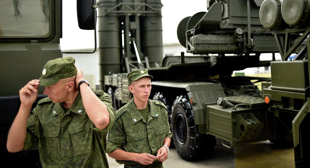 Soldados russos montam guarda ao lado de um sistema de defesa antiaérea S-400 Triumf