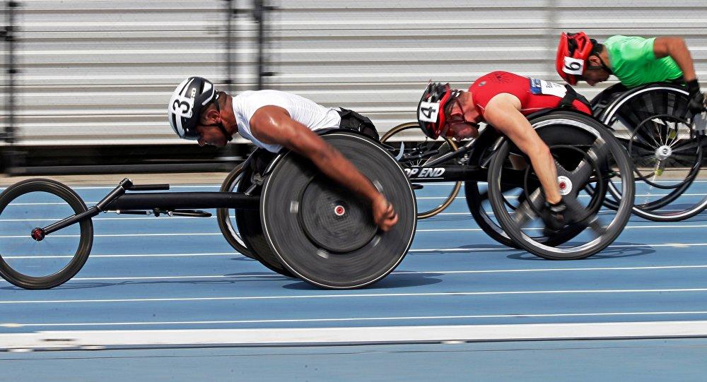 Casey Followay, à esquerda, Stephen Binning, centro, e Arturo Torres, à direita, da equipe dos EUA durante a corrida de 100 metros dos homens durante os ensaios para os Jogos Paralímpicos, julho 1, 2016.