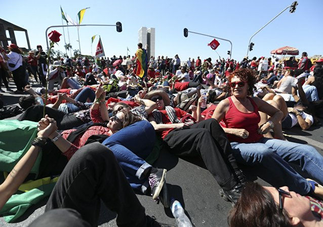 Manifestantes favoráveis a Dilma protestam em Brasília