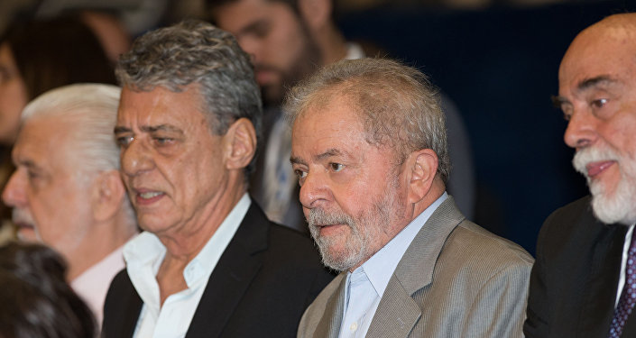 Chico Buarque de Holanda e Lula na sessão do impeachment no senado