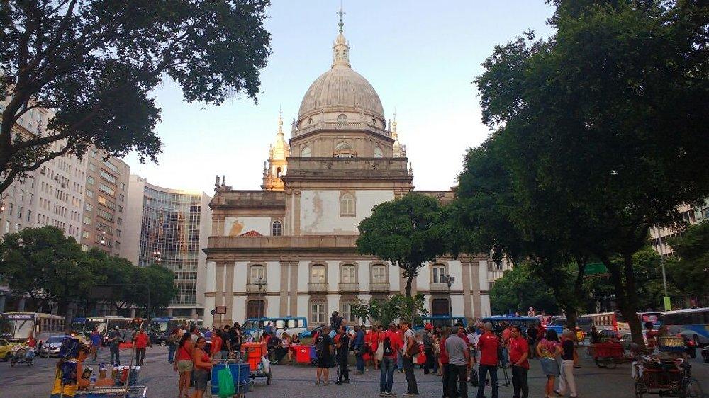 Manifestantes se concentram na Candelária para ato contra o impeachment