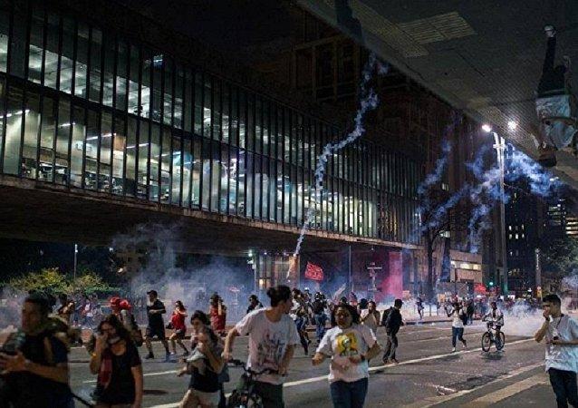 Manifestantes contra impeachment são reprimidos pela PM em São Paulo