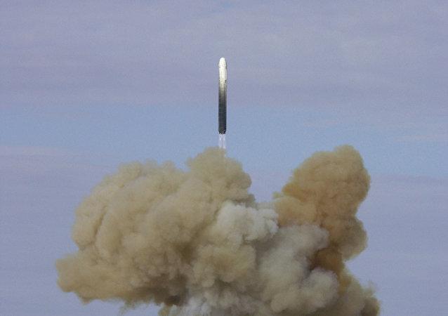 Lançamento de míssil balístico RS-18 Stiletto a partir de cosmódromo Baikonur (foto de arquivo)
