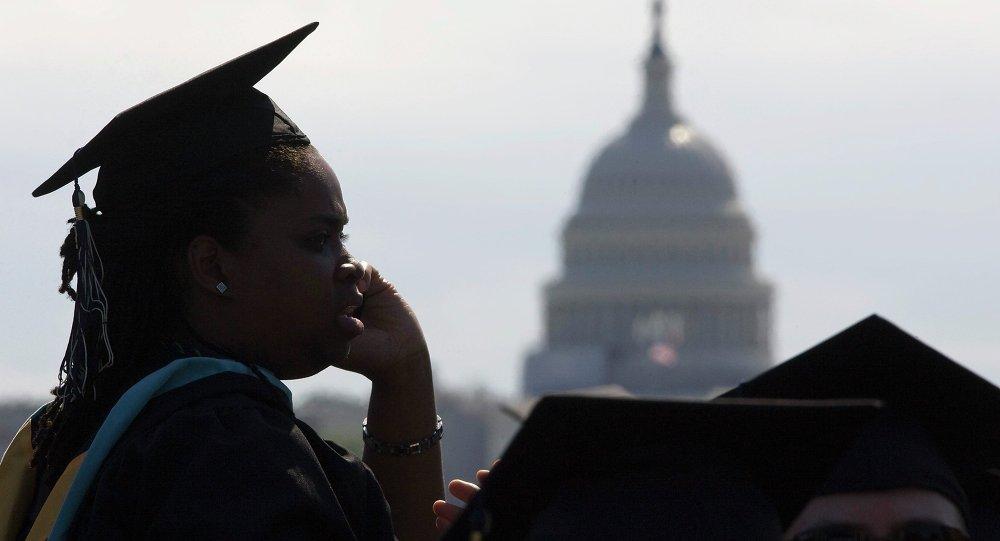 Alunos da Universidade George Washington reúnem para a cerimônia de fraduação no National Mall em Washington (foto de arquivo. Maio, 20, 2012)