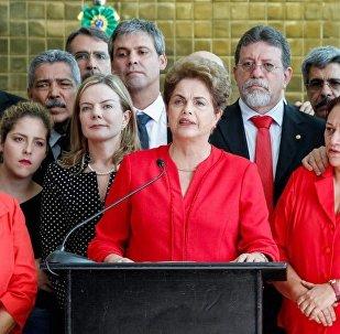 Dilma Rousseff faz declaração após impeachment ao lado de aliados