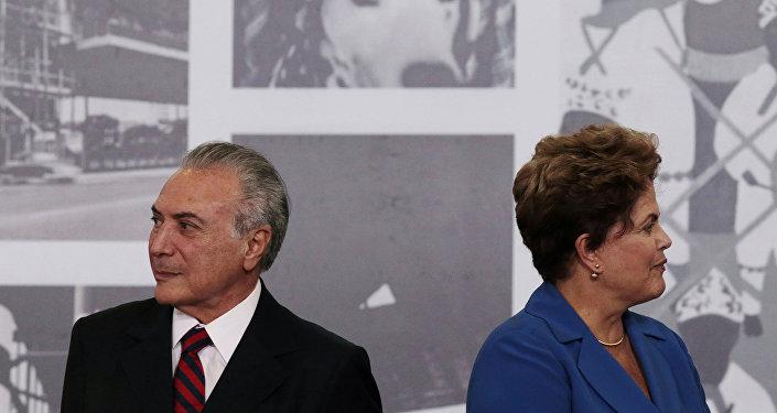 Esta foto de arquivo (5 de novembro de 2014) mostra os então presidente Dilma Rousseff e vice-presidente Michel Temer durante a cerimônia da Ordem do Mérito Cultural no Palácio do Planalto