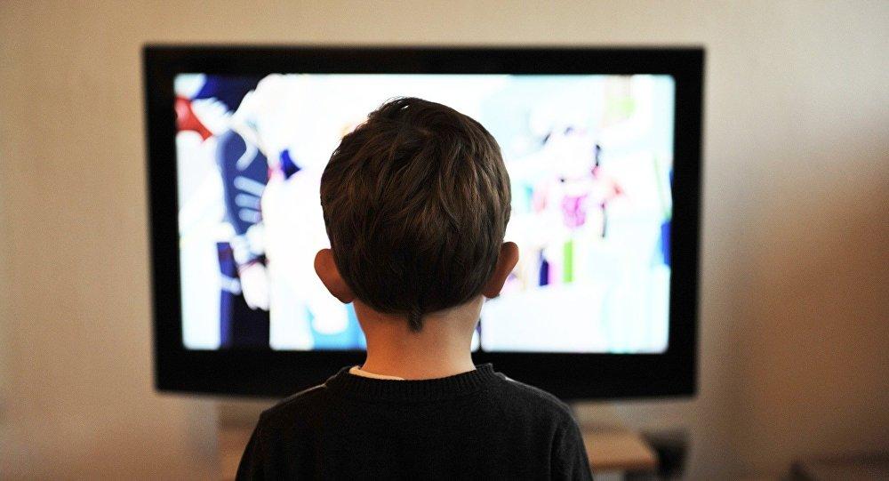 Rapaz assistindo TV