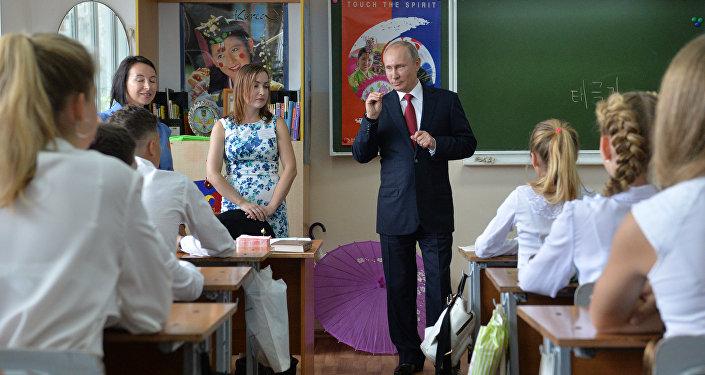 O presidente russo, Vladimir Putin, em encontro com jovens estudantes de Vladivostok
