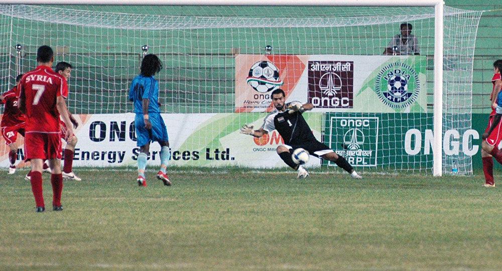 Goleiro Mosab Balhous salvar a Síria do ataque do Sri Lanka durante o 2º Torneio de Futebol Nehru Cup Internacional 2009 no Estádio Ambedkar em Nova Deli em 24 de agosto, 2009.