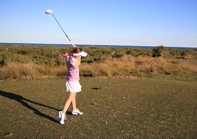 Menina jogadora de golfe derruba drone