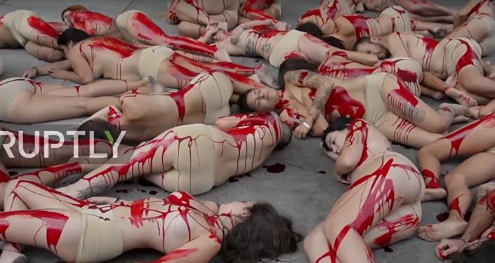 Ensanguentados e nus: ativistas de direitos dos animais se manifestam em Madrid