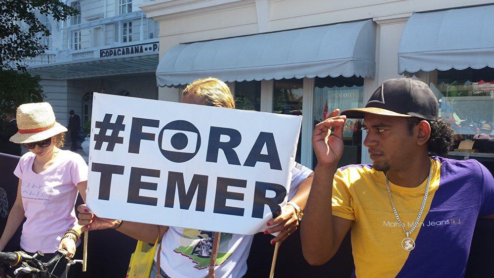 População se manifesta contra o governo de Michel Temer em Copacabana