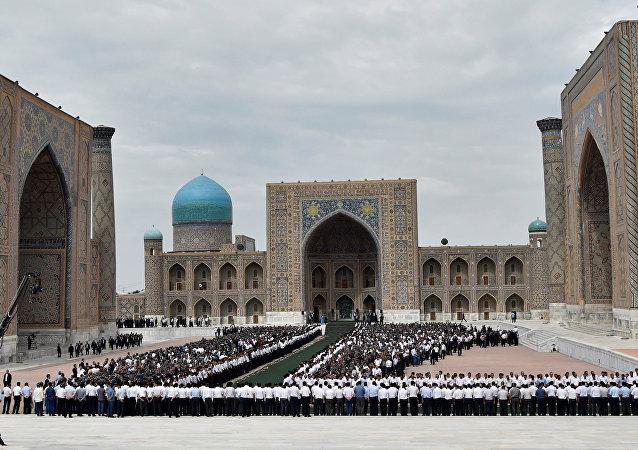 Cerimônia de despedida com o presidente Islam Karimov na cidade de Samarcanda, no Uzbequistão