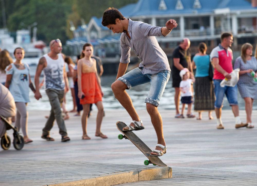 Um jovem pratica skate na marginal Kornilov em Sevastopol