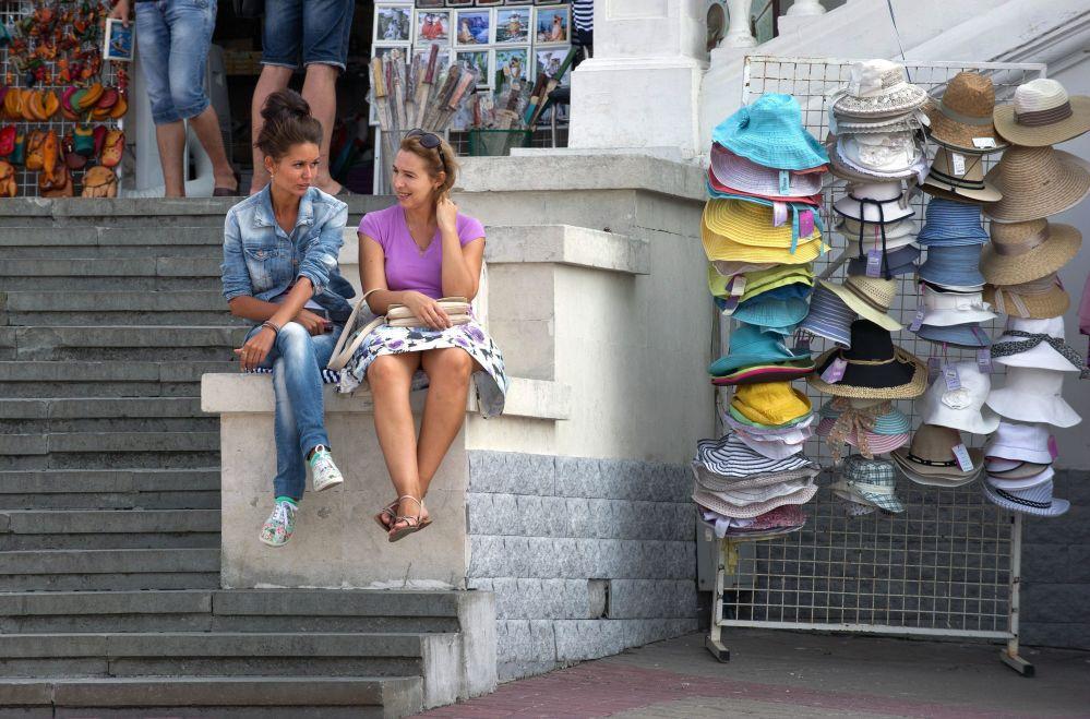 Turistas na marginal em Sevastopol