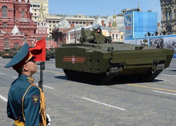 Veículo blindado russo de transporte de pessoal Kurganets no ensaio final para o desfile militar em Moscou