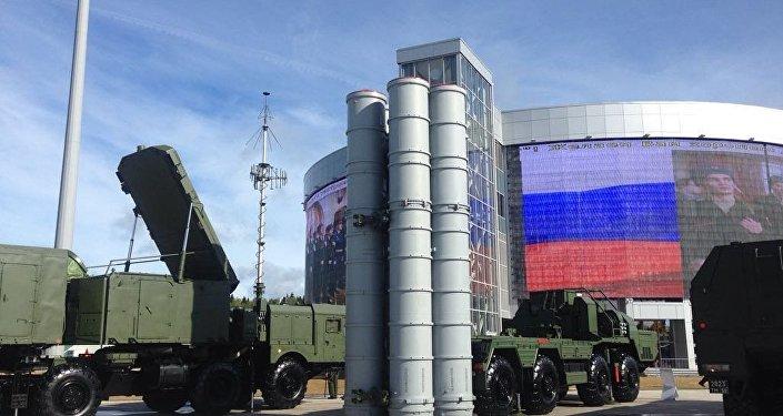 Um complexo S-400 visto umas horas antes da inauguração do fórum EXÉRCITO 2016 em Kubinka, perto de Moscou, em 6 de setembro de 2016
