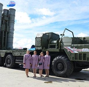 Cadetes apresentam um complexo S-400 no âmbito do fórum militar internacional EXÉRCITO 2016