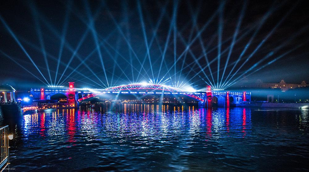 A cerimônia de abertura do Festival Círculo de Luz em 2015 perto de edifício do Ministério da Defesa da Rússia
