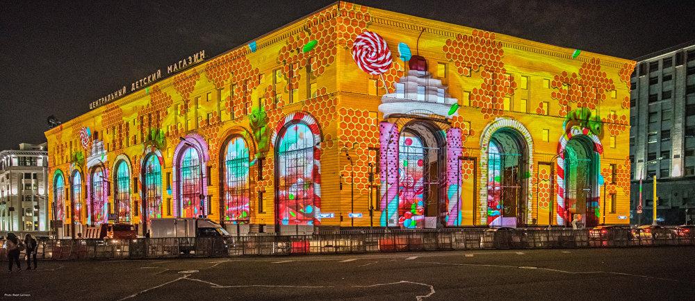 Espetáculo do Festival Círculo de Luz na casa comercial Detsky Mir em Moscou, 2015